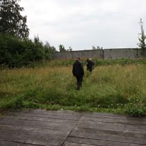 Zdj. nr 2;Dojście do muru lotniska.