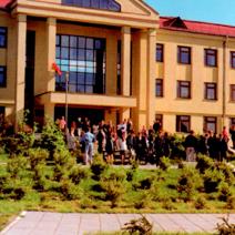 Zdj. nr 8;Szkoła polska w Grodnie w dniu zakończenia roku szkolnego w maju 2001 roku.