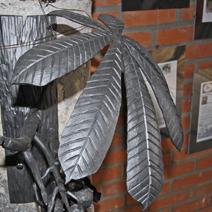 """Zdj. nr 187;Metalowy liść kasztanowca  - """"Śląskie warsztaty kowalskie"""" - Wojsławice"""