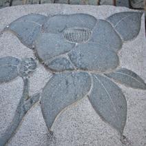Zdj. nr 147;Rzeźba kamienna umieszczona w chodniku