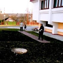 Zdj. nr 8;W głębi szkoła białoruska.