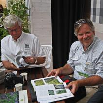 Pan Dale Deppe i Pan Tim Deppe - goście z USA przeglądają otrzymana książkę.