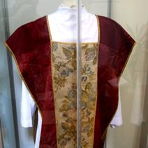 Zdj. nr 23;Ornat jedwabny z XVIII wieku pochodzi z krypty północnej