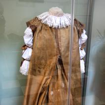 Zdj. nr 24;Suknia księżnej Zofii Lubomirskiej - 1675 r. pochodzi z sarkofagu znajdującego się w krypcie południowej