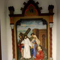 Zdj. nr 7;Stacja drogi krzyżowej na zewnątrz kościoła