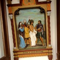 Zdj. nr 9;Stacja drogi krzyżowej na zewnątrz kościoła