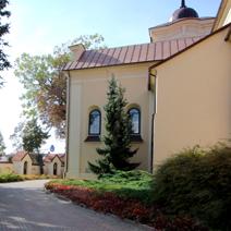 Zdj. nr 5;Kościół Farny od strony południowej, po lewej stronie kapliczki drogi krzyżowej