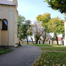Zdj. nr 8;Kościół Farny, po prawej widok na dzwonnicę i kapliczki drogi krzyżowej