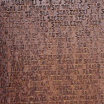 Zdj. nr 7;Tablica - ściana z 6295 nazwiskami pomordowanych Polaków.