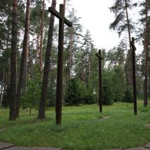 Zdj. nr 17;Las - zbiorowe groby pomordowanych Polaków.