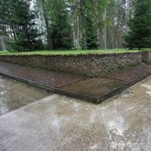 Zdj. nr 25;Wokół cmentarza 6295 tabliczek epitafów indywidualnych pomordowanych.