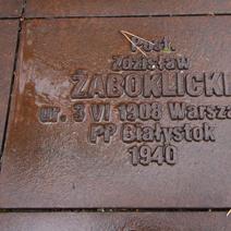 Zdj. nr 28;Wokół cmentarza 6295 tabliczek epitafów indywidualnych pomordowanych.