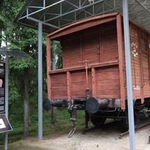 """Zdj. nr 8;Wagony do transportu """"więźniów""""."""