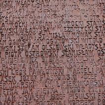 Zdj. nr 9;Tablica - ściana z 6295 nazwiskami pomordowanych Polaków.