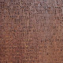 Zdj. nr 8;Tablica - ściana z 6295 nazwiskami pomordowanych Polaków.