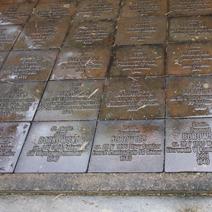 Zdj. nr 26;Wokół cmentarza 6295 tabliczek epitafów indywidualnych pomordowanych.