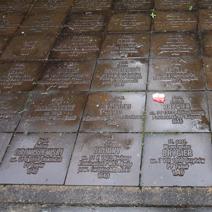 Zdj. nr 27;Wokół cmentarza 6295 tabliczek epitafów indywidualnych pomordowanych.