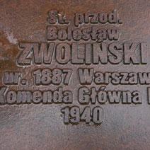 Zdj. nr 29;Wokół cmentarza 6295 tabliczek epitafów indywidualnych pomordowanych.