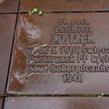 Zdj. nr 30;Wokół cmentarza 6295 tabliczek epitafów indywidualnych pomordowanych.