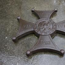 Zdj. nr 31;Wokół cmentarza 6295 tabliczek epitafów indywidualnych pomordowanych.