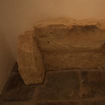Zdj. nr 13;Fragment średniowiecznego sarkofagu