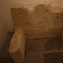 Zdj. nr 14;Fragment średniowiecznego sarkofagu