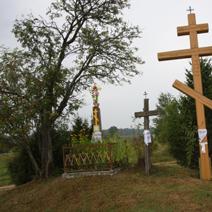 Zdj. nr 89;Krzyże prawosławne i katolickie przy drodze polnej w Puchłach pow. Hajnówka