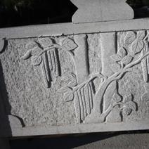 Zdj. nr 126;Płaskorzeźby na ogrodzeniu