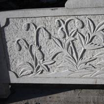 Zdj. nr 127;Płaskorzeźby na ogrodzeniu