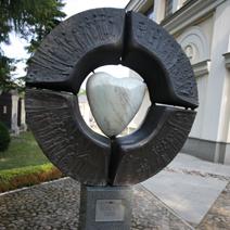 Zdj. nr 90;Pomnik-rzeźba obok kościoła w Wilanowie.