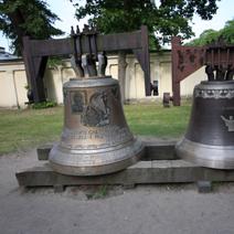 Zdj. nr 154;Dzwony poświęcone papierzowi Janowi Pawłowi II obok kościoła w Wilanowie