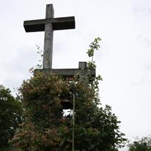 Zdj. nr 144;Krzyż z sygnaturką przy kapliczce Św. Franciszka w Ogrodzie Botanicznym w Wojsławicach