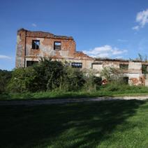 Zdj. nr 2;Ruiny papierni, młynów i części mieszkalnej Czartoryskich, później Kleniewskich, nad rzeką Bystrą